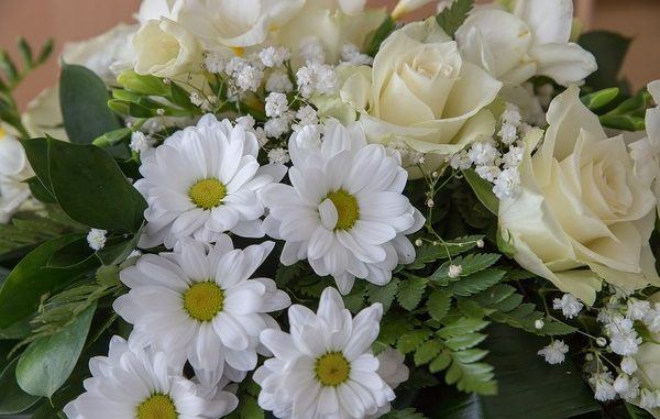 Envoyer des fleurs à un funéraille est-il approprié ?